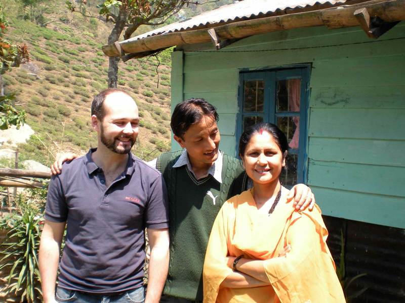 Arnaud Dhénin avec la famille indienne qui l'a hebergé en 2009